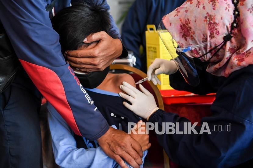 Seorang anak menerima vaksin COVID-19 Sinovac di Sentra Vaksinasi COVID-19 khusus anak di Taman Impian Jaya Ancol, Jakarta, Sabtu (24/7/2021). Memperingati Hari Anak Nasional, Taman Impian Jaya Ancol membuka sentra vaksinasi COVID-19 khusus anak berusia 12-17 tahun pada tanggal 23-25 Juli dengan target 4200 anak sebagai dukungan kepada pemerintah untuk mempercepat program vaksinasi nasional penanggulangan COVID-19.