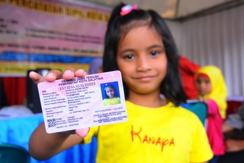 Seorang anak menunjukkan Kartu Identitas Anak yang pada Expo Salatiga 2018 di Lapangan Pancasila, Salatiga, Jumat (13/7).