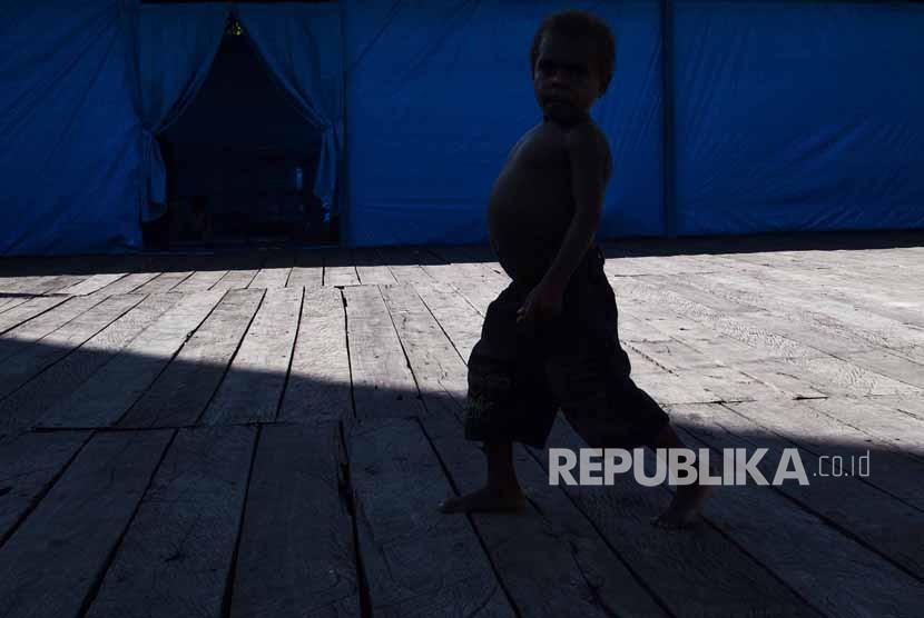 Seorang anak penderita gizi buruk berjalan di teras Aula Gereja Protestan, Agats, Kabupaten Asmat, Papua, Senin (22/1).