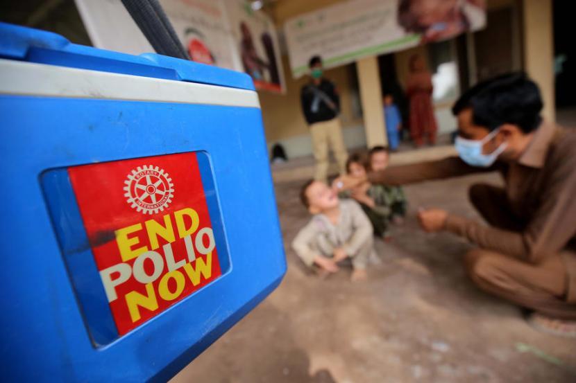 Seorang anak sedang diberikan vaksin polio di Pakistan. Sifat kedaruratan membuat WHO mengeluarkan izin penggunan darurat vaksin polio, termasuk produksi Bio Farma Indonesia. Bio Farma terlibat dalam produksi vaksin nOPV2 merupakan anti virus polio jenis baru (cVDPVs) yang dikembangkan oleh jaringan kerja sama global lintas lembaga dan ahli dari berbagai negara, Inisiatif Global untuk Menghapus Polio (GPEI).
