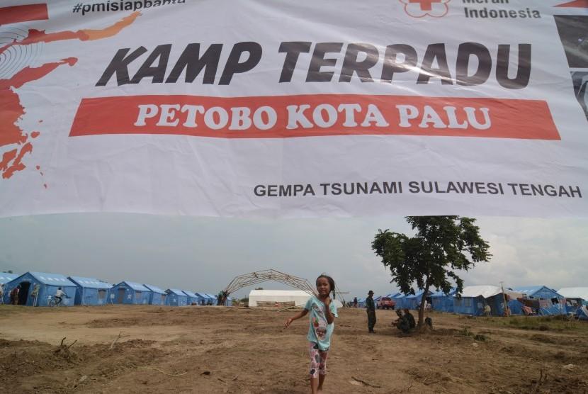 Seorang anak terdampak likuifaksi bermain di sekitar tenda Kamp Pengungsi Terpadu di Kelurahan Petobo, Palu, Sulawesi Tengah, Jumat (19/10/2018).
