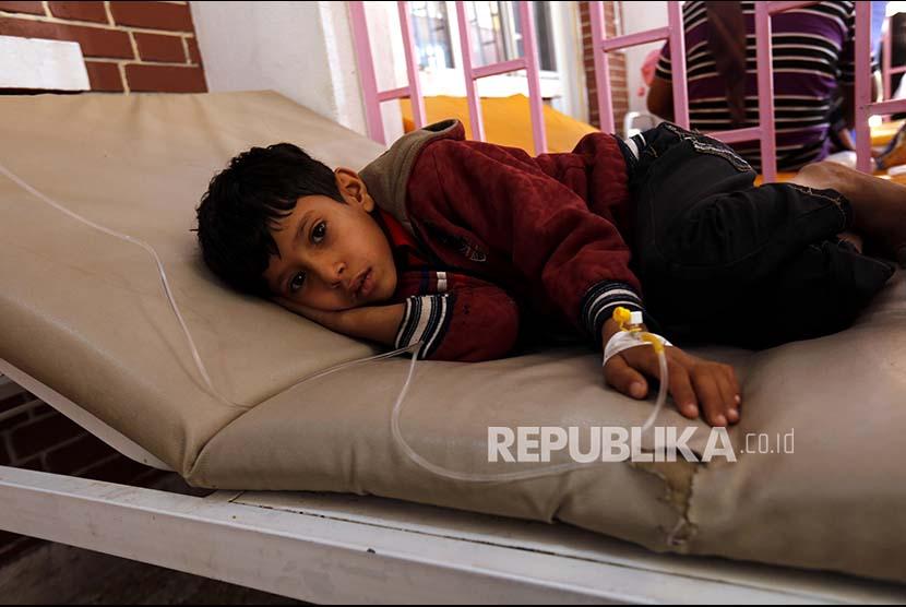 Seorang anak Yaman yang terkena wabah kolera dirawat di sumah sakit setempat di Sana'a, Yaman. Menurut laporan PBB tiga juta balita Yaman terancam malnutrisi akibat konflik berkepanjangan antara dua pihak yang masing-masing didukung Arab Saudi dan Iran.