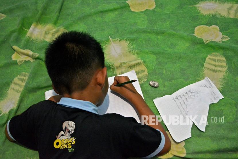 Anak belajar menulis (ilustrasi).