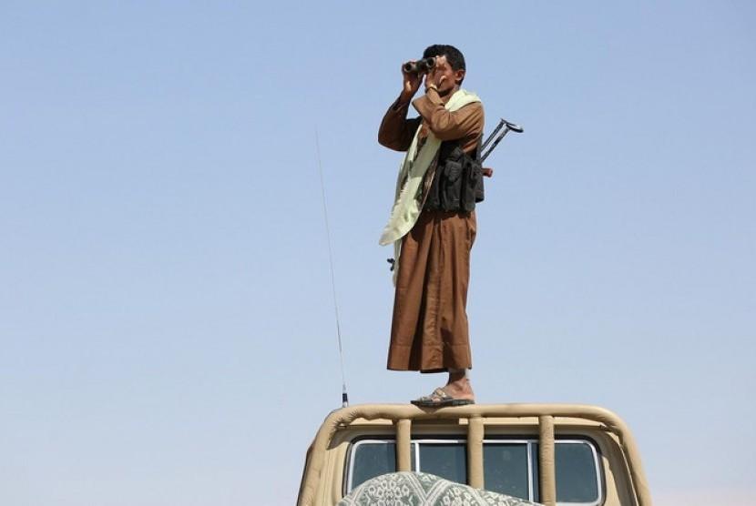 Seorang anggota suku di Yaman tengah amati pergerakan Houthi.