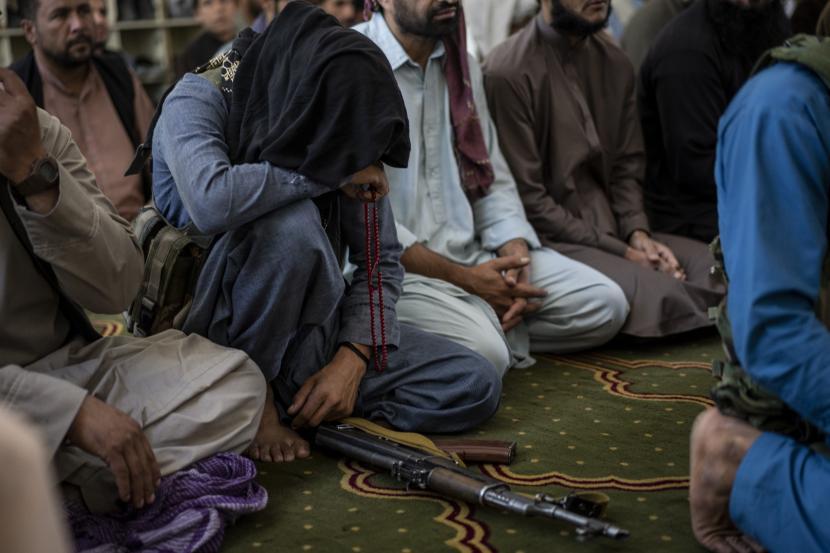 Taliban: Di Afghanistan tidak Ada Alqaidah atau ISIS. Seorang anggota Taliban berdoa di dalam sebuah masjid selama salat Jumat di Kabul, Afghanistan, Jumat 17 September 2021.