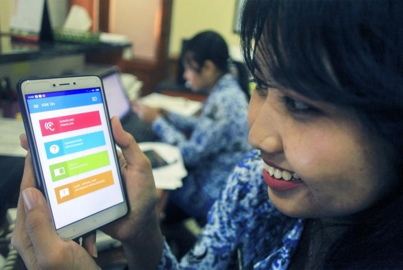 Seorang Aparatur Sipil Negara (ASN) Pemerintah Kota (Pemkot) Solo mengakses aplikasi daring Klinik Kepegawaian Online (klik on) di Balai Kota Solo, Jawa Tengah, Selasa (10/7).