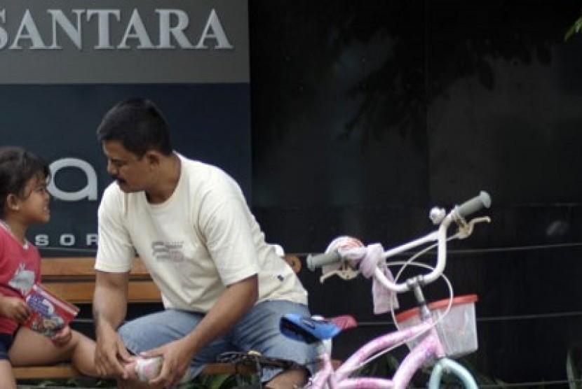 Seorang ayah dan anaknya saat car free day