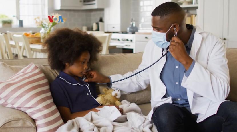 Seorang dokter sedang memeriksa kesehatan seorang anak di AS