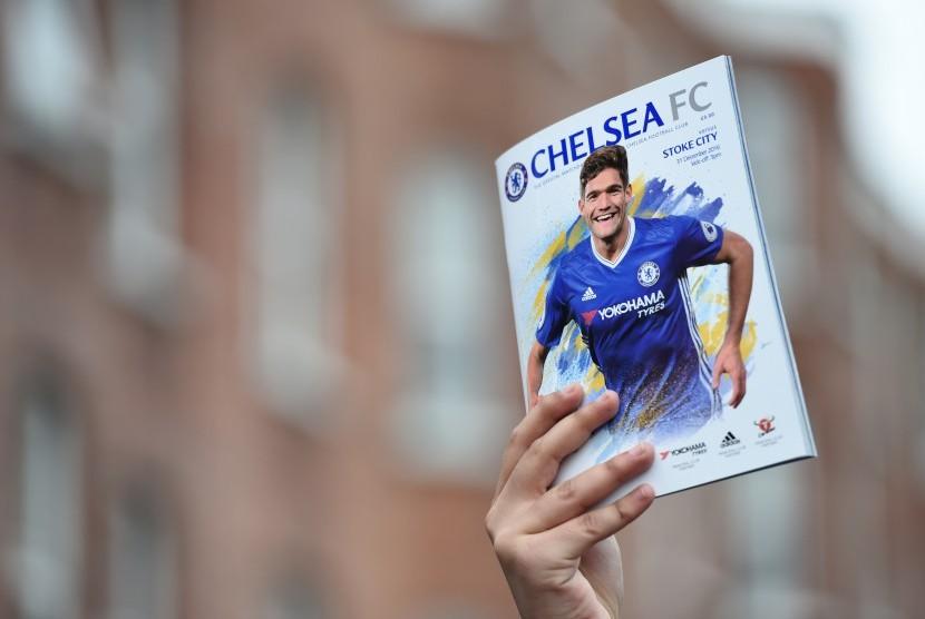 Seorang fan menunjukkan buku program Chelsea di luar Stamford Bridge akhir pekan lalu.