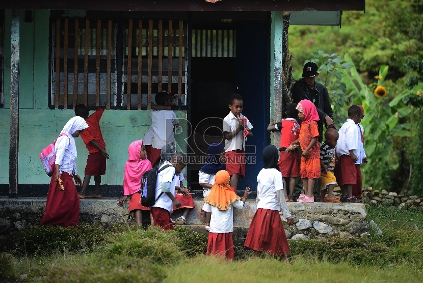 [ilustrasi] Seorang guru bersama murid membersihkan kelas sebelum melakukan kegiatan belajar mengajar di SD Athahiriyah Yapis Walesi, Wamena, Kabupaten Jayawijaya, Papua, Senin (27/7).