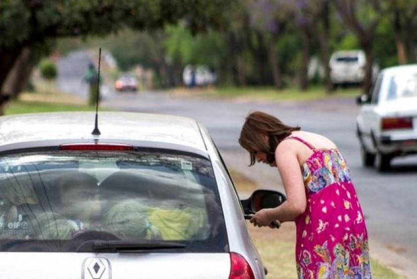 Seorang guru TK di Afrika Selatan membawa 19 muridnya dalam satu mobil sedan. (ilustrasi)