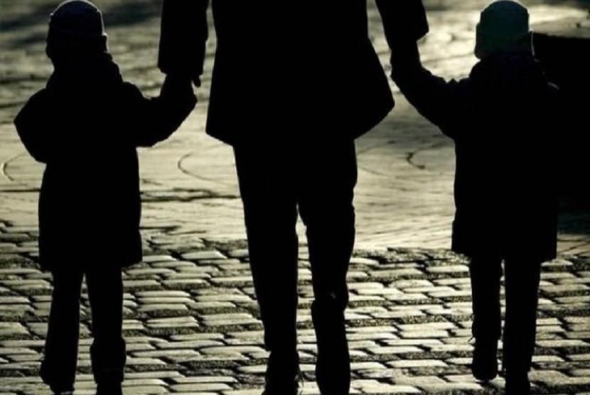 Seorang ibu berjalan dengan kedua anaknya. BBC melaporkan 100 ribu anak-anak menjadi gelandangan di Inggris karena tak memiliki tempat tinggal