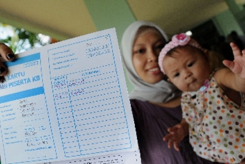 Seorang ibu memperlihat kartu peserta Keluarga Berencana (KB). Ilustrasi