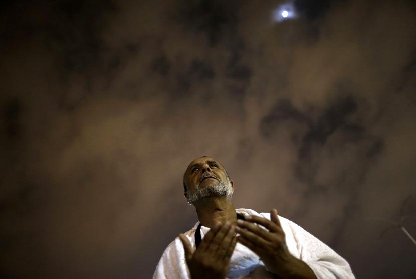 (Ilustrasi) Seorang jamaah haji berdoa di puncak Jabal Rahmah menjelang puncak ibadah haji wukuf di padang Arafah, Makkah,Rabu (24/10) dini hari. (Hassan Ammar/AP)