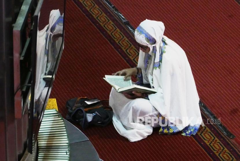 Seorang jamaah wanita sedang membaca ayat-ayat suci Alquran di Masjid Istiqlal Jakarta (Ilustrasi)