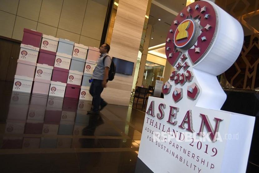 Seorang jurnalis melintasi ornamen penyambutan delegasi jelang rangkaian Konferensi Tingkat Tinggi (KTT) ASEAN ke-34 di Bangkok, Thailand, Kamis (20/6). KTT ASEAN ke-34 yang dilaksanakan 20-23 Juni 2019 tersebut mengangkat tema Memajukan Kemitraan Untuk Keberlanjutan.