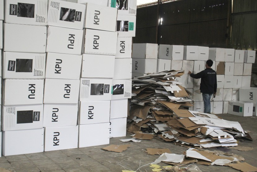 Seorang jurnalis memeriksa kondisi kotak suara yang rusak di gudang logistik KPUD Cirebon, di Plumbon, Cirebon, Jawa Barat, Selasa (12/2/2019).