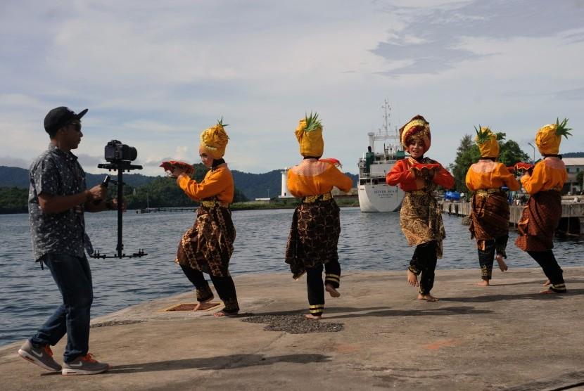 Seorang juru kamera mengambil gambar sejumlah penari dalam perhelatan Sabang Marine Festival. (ilustrasi)