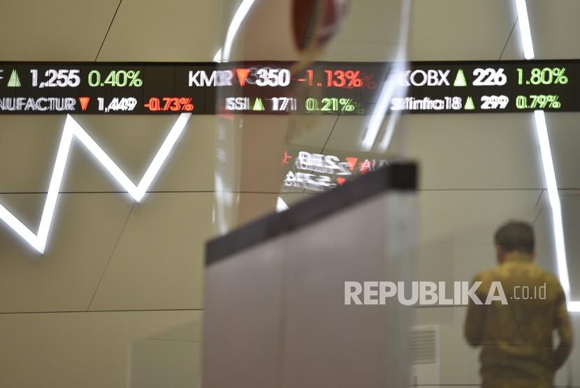 Seorang karyawan beraktivitas di Bursa Efek Indonesia, Jakarta. ilustrasi