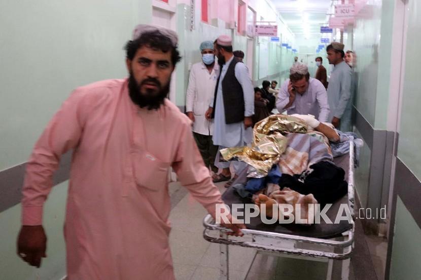 Seorang korban luka ledakan bom saat shalat Jumat di Masjid Muslim Syiah, menerima perawatan di sebuah rumah sakit di Kandahar, Afghanistan, 15 Oktober 2021.