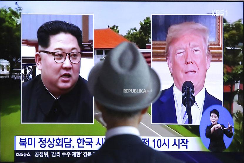 Seorang laki laki menyaksikan tayangan televisi Presiden Amerika Serikat Donald Trump dengan Pemimpin Korea Utara Kim Jong Un di Stasiun Kereta Seoul Korea Selatan.