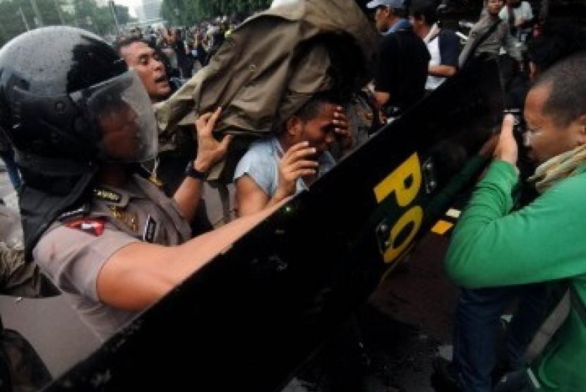 Polisi amankan orang dalam aksi (ilustrasi).
