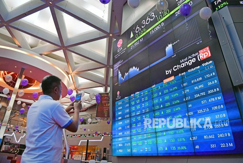Seorang mengunjung memotret layar pergerakan Indeks Harga Saham Gabungan (IHSG) di Bursa Efek Indonesia, Jakarta. ilustrasi