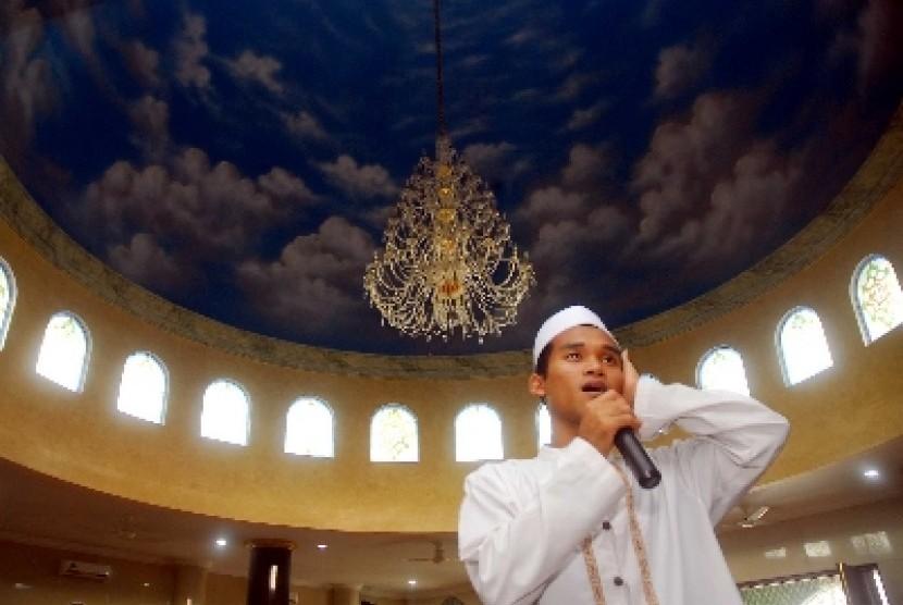 Seorang muazin saat mengumandangkan azan di salah satu masjid di Jakarta.
