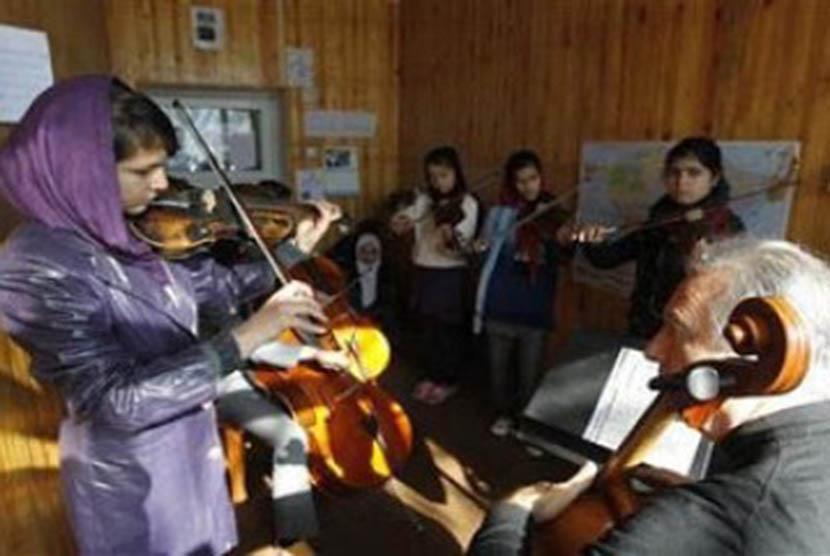 Seorang murid sedang bermain musik di Kabul Music Academy, Afghanistan.