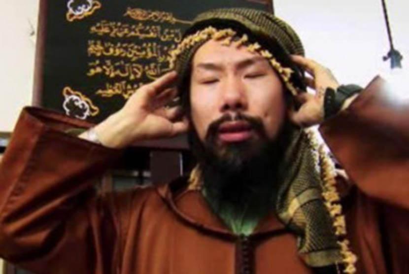 Seorang Muslim Jepang tengah mengumandangkan azan.