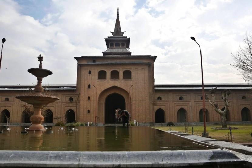 Seorang Muslim Kashmir berwudhu di Masjid Jamia, Kashmir