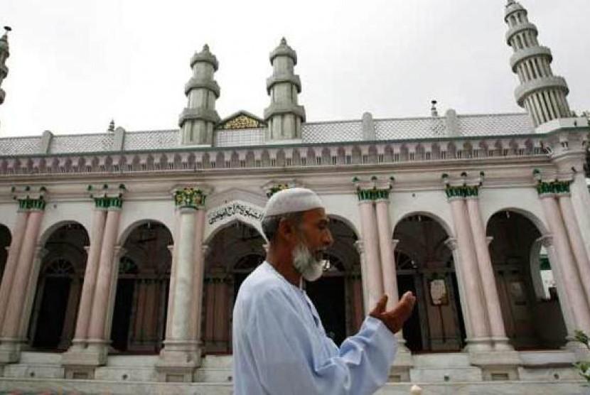 Seorang Muslim tengah berdoa di depan Masjid Kashmiri Taqiya, Kathmandu, Nepal.
