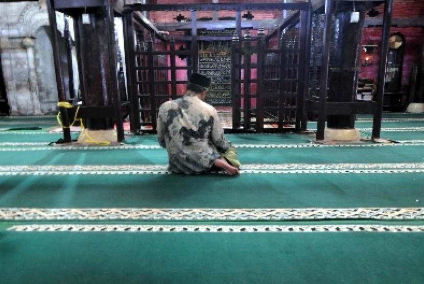 Seorang Muslim tengah beribadah di Masjid (ilustrasi)
