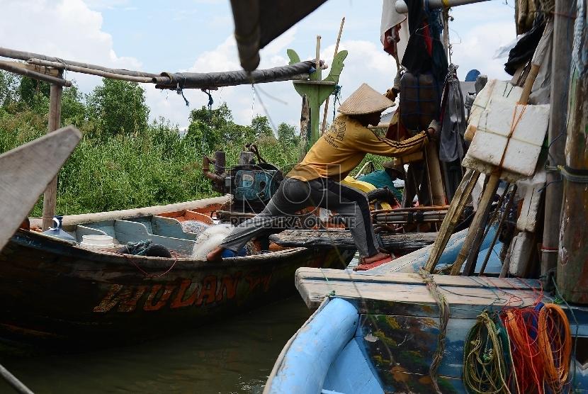 Seorang nelayan melabuhkan kapalnya di Pelabuhan Muara Angke, Jakarta Utara, Selasa(7/4).  (Republika/Raisan Al Farisi)