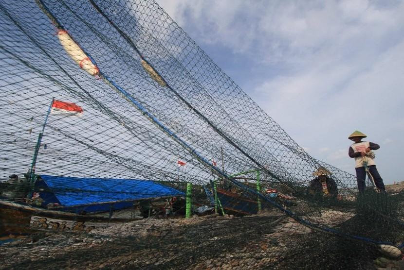 Seorang nelayan memperbaiki jaring cantrang di dermaga Karangsong, Indramayu, Jawa Barat, Rabu (11/2). Sejak dua pekan terakhir, nelayan jaring cantrang di daerah tersebut tidak berani melaut akibat pelarangan penggunaan jaring cantrang dan hela