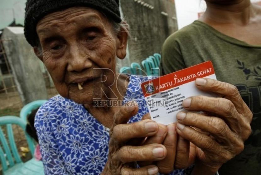 Seorang nenek warga Marunda, Jakarta Utara menunjukkan kartu Jakarta Sehat, yang diberikan Gubernur DKI Jakarta, Joko Widodo. Senin (12/11). (Adhi Wicaksono)