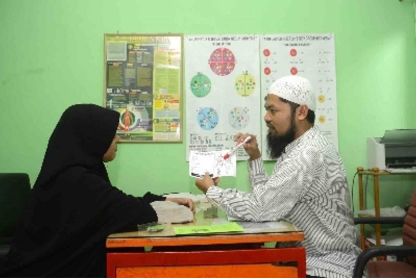 Seorang pasien berkonsultasi tentang kesehatannya di sebuah tempat pengobatan nabawi di Jakarta.