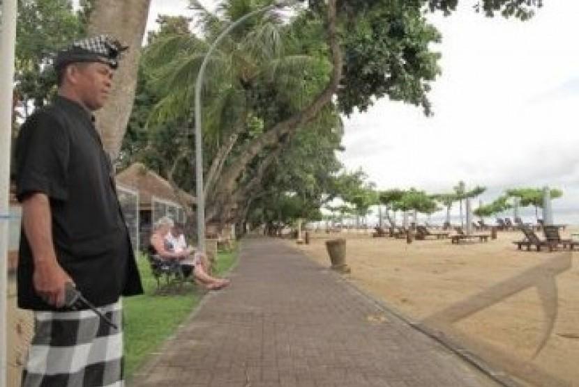 Asbak Berukuran Besar Ditempatkan Di Pantai Sanur