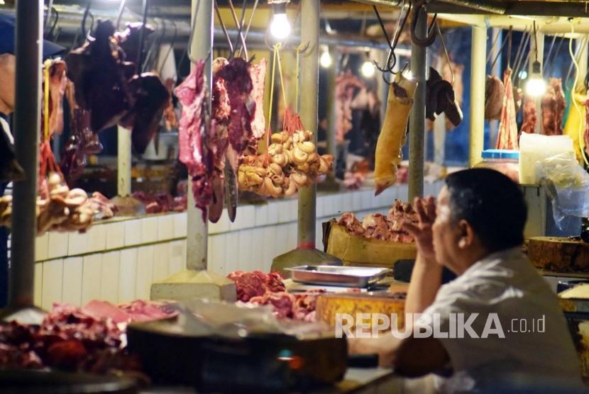 Seorang pedagang daging sapi menunggu Pembeli di Pasar Kosambi, Kota Bandung, Senin (11/6)