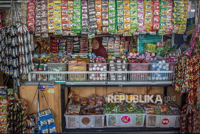 Seorang pedagang makanan dan minuman ringan menanti pembeli di Pasar Rakyat Peterongan, Semarang, Jawa Tengah, Kamis (20/7). Untuk membentuk karakter wirausaha masyarakat Indonesia, pemerintah melalui Kementerian Keuangan bersama Lembaga Keuangan Bukan Bank (LKBB)  tahun ini telah menerbitkan regulasi kredit pembiayaan ultra mikro (UMI) dengan alokasi anggaran Rp1,5 triliun bagi pengusaha mikro