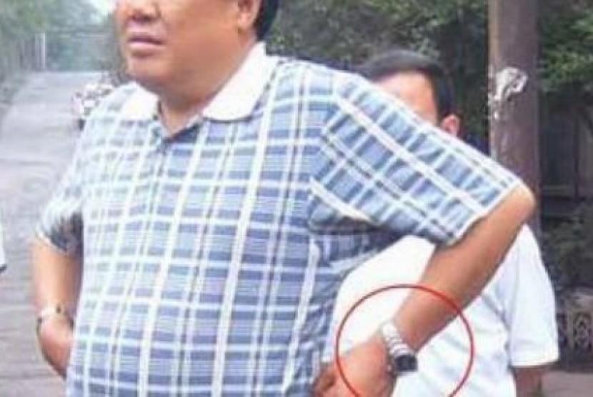 Seorang pejabat dari Provinsi Shaanxi yang dikeluarkan dari Partai Komunis karena perilaku korup dan kebiasaannya pamer arloji mewah