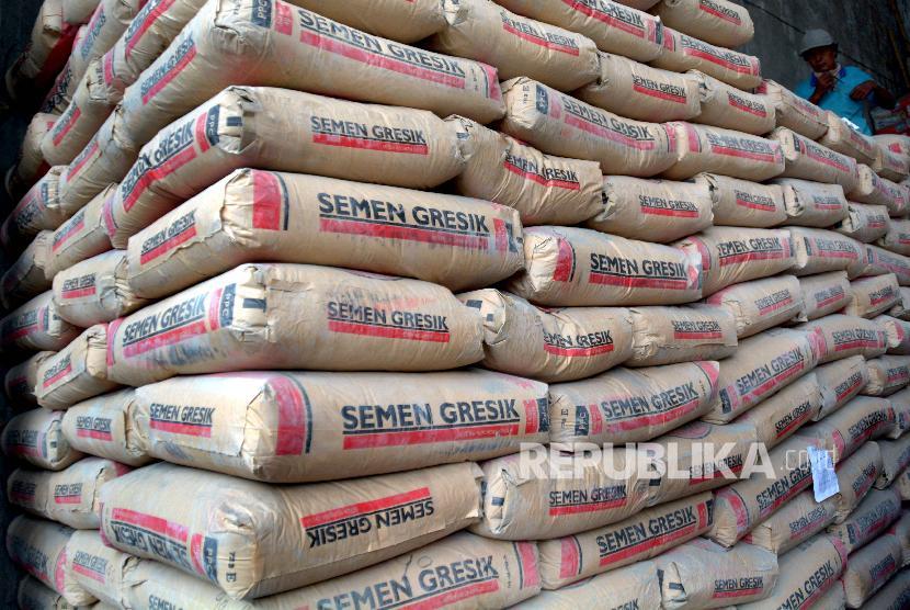 Seorang pekerja berada di tumpukan Semen Gresik di salah satu toko bangunan. (ilustrasi)
