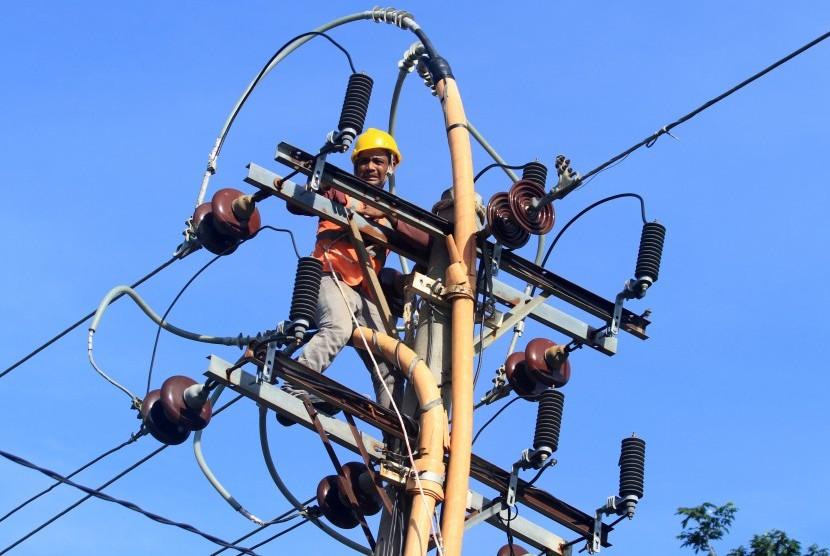 Seorang pekerja melakukan perbaikan dan pergantian kabel jaringan listrik di Desa Blang Jambe, Julok, Aceh Timur, Aceh, Sabtu (8/12/2018).