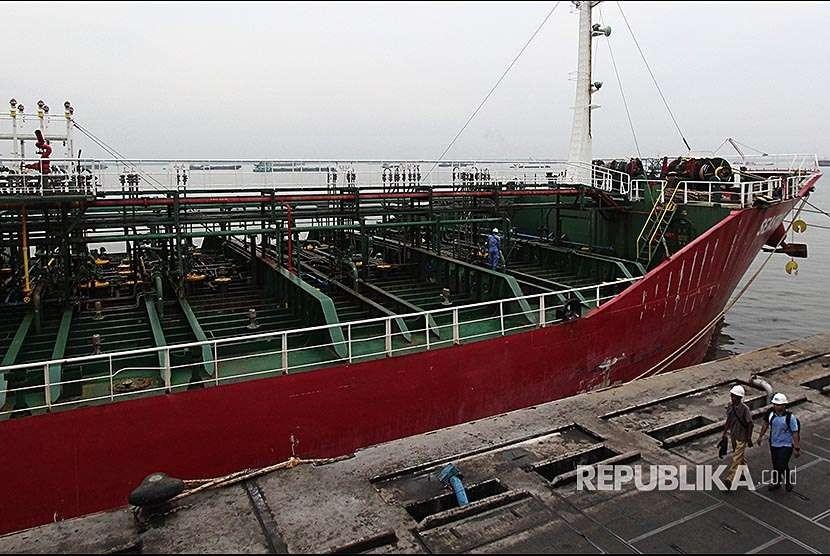 Seorang pekerja mengawasi proses pemuatan minyak sawit mentah (CPO) ke dalam kapal untuk diekspor ke luar negeri di Pelabuhan Pelindo I Dumai di kota Dumai, Dumai, Riau, Sabtu (22/9). Produksi CPO dan turunannya untuk tujuan ekspor keluar negeri melalui pelabuhan umum di Kota Dumai sampai dengan Juni 2018 mencapai 2,1 juta ton.