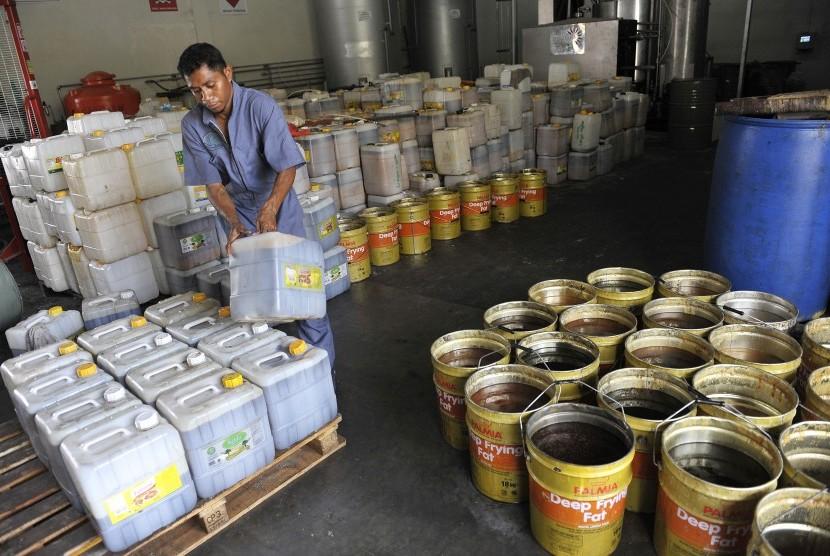 Seorang pekerja mengumpulkan minyak jelantah yang diperoleh dari sejumlah hotel dan restoran di Bali untuk diproses menjadi bahan bakar minyak (BBM) biosolar di Denpasar, Bali, Selasa (11/11).