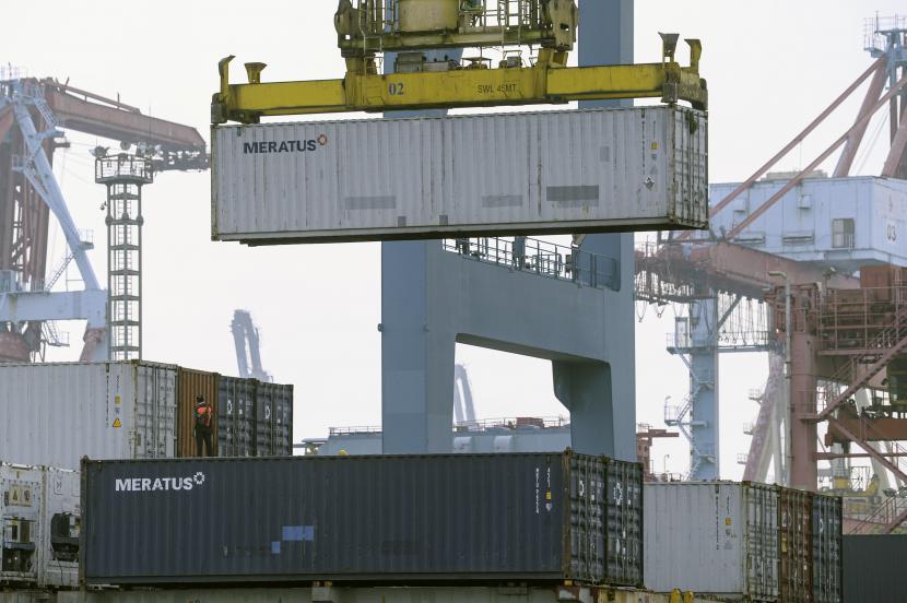 Bongkar muat peti kemas di Pelabuhan Tanjung Priok, Jakarta (ilustrasi). PT JICT menindak pelaku pungli.