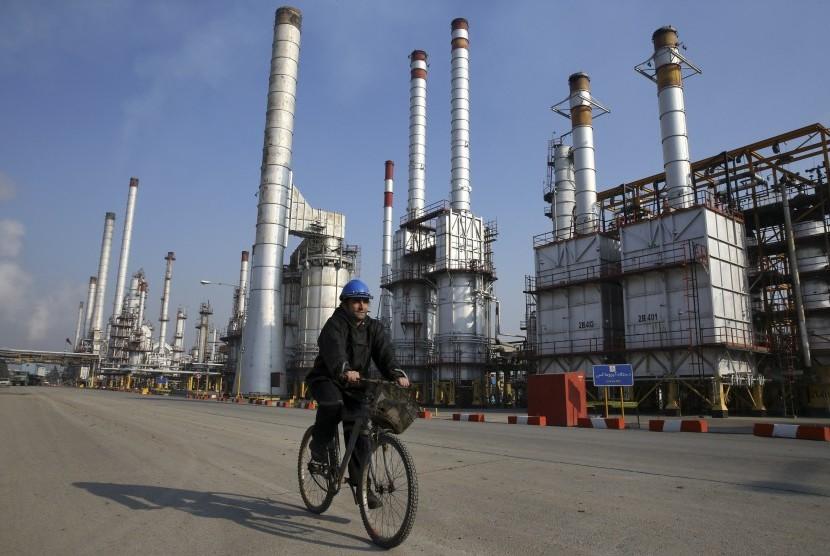 Seorang pekerja minyak Iran bersepeda di kilang minyak Teheran selatan ibukota Teheran, Iran.