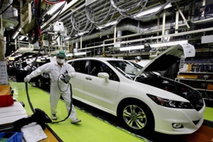 Seorang pekerja sedang melakukan pemeriksaan final di pabrik Honda di Sayama, utara Tokyo.