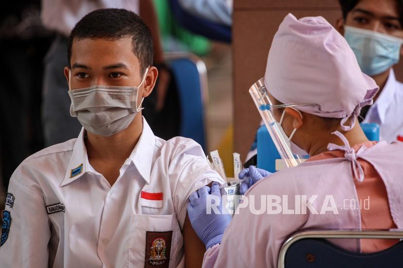 Seorang pelajar menerima suntikan vaksin COVID-19 Pfizer saat vaksinasi massal bagi peserta didik di Gedung Pemerintah Kota Tangerang, Banten, Kamis (2/9/2021). Menurut data Satgas COVID-19 per 31 Agustus 2021, sebanyak 1,9 juta tenaga pendidik dan 1,7 juta anak usia 12-17 tahun yang tergolong usia pelajar mendapatkan vaksin penuh sebagai upaya pemerintah dalam penyelenggaraan pembelajaran tatap muka (PTM) di tengah pandemi COVID-19.