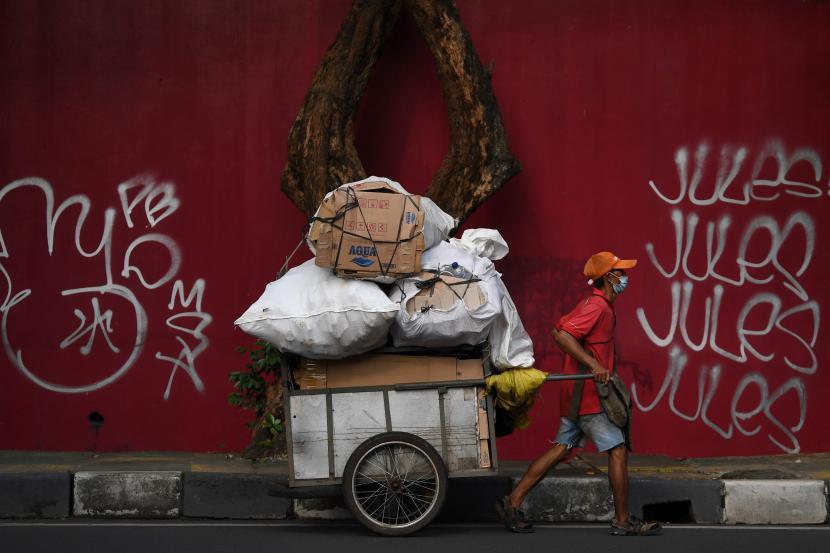 Seorang pemulung menarik gerobak saat melintasi kawasan Ampera, Jakarta, Jumat (23/7/2021). Menurut data Kemenkeu, tingkat kemiskinan berada pada level 10,14 persen pada Maret 2021 atau turun dari level 10,19 pada September 2020 karena program perlindungan sosial (Perlinsos COVID-19) dalam Pemulihan Ekonomi Nasional (PEN) berhasil menahan tingkat kemiskinan Indonesia tidak naik ke level perkiraan terburuk Bank Dunia yakni 11,2 persen pada 2021